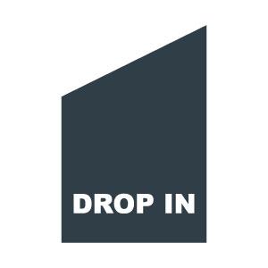Mörkgrå dropinflagga med vit text