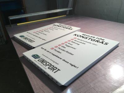 Aluminumskylt för montering på stolpe